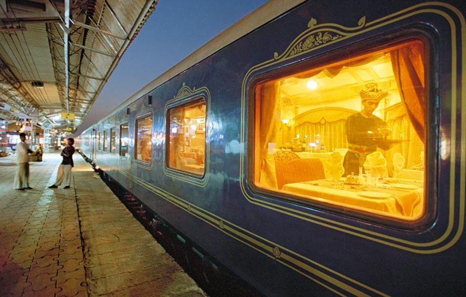 Während die Nacht über dem Bahnhof von Ratnagiri hereinbricht, werden im Restaurant des Luxuszugs letzte Vorbereitungen für das Dinner getroffen