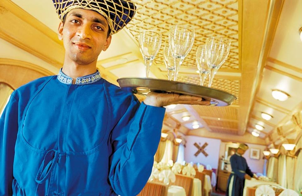 """In den beiden Restaurants des """"Deccan Odyssey"""" können Gäste zwischen indischer und westlicher Küche wählen; die Kellner wahren auch bei schwankender Fahrt die Haltung"""