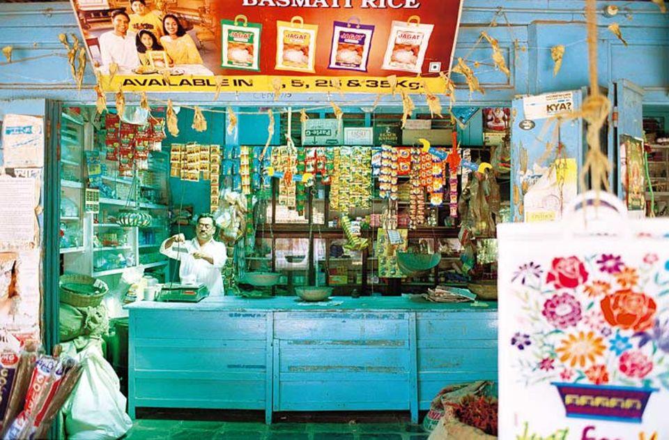"""Bei jedem Halt des nachtblauen """"Deccan Odyssey"""" entdecken Passagiere Facetten der indischen Lebens- und Farbschattierungen: verwaschenes Blau, das ein Händler seinem Kiosk in einem Dorf in Maharashtra spendiert hat"""