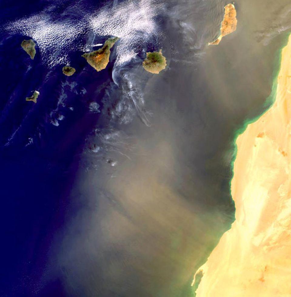 Im März 2003 wirbeln gewaltige Mengen Wüstenstaub aus der Sahara über die Kanarischen Inseln
