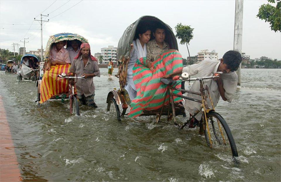 Sintflutartiger Regen verursacht immer wieder verheerende Überschwemmungen - wie hier in Bangladesch im Herbst 2004