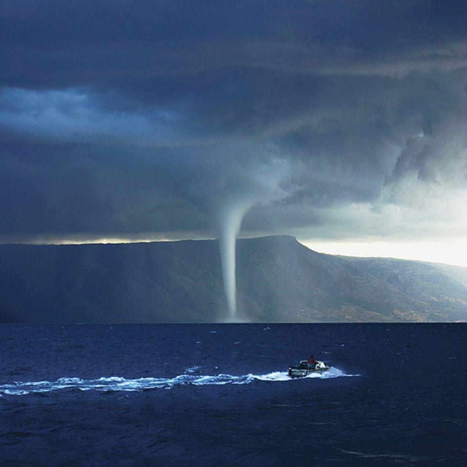 Ein Wirbelsturm an der dalmatinischen Küste in Kroatien, aufgenommen im August 2006 von Marco Fenske aus Reute bei Freiburg. Der GEO-Leser war zur richtigen Zeit am richtigen Ort - und es gelang ihm, das bedrohliche Naturschauspiel perfekt in Szene zu setzen: indem er der gigantischen Wolkenwand viel Platz einräumte und, zur Verstärkung der Kontraste, auch das winzige Boot und dessen Gischtspur mit einfing. Einstimmig wählten die Bildredakteure das Motiv zum Sieger des Online-Fotowettbewerbs auf GEO.de