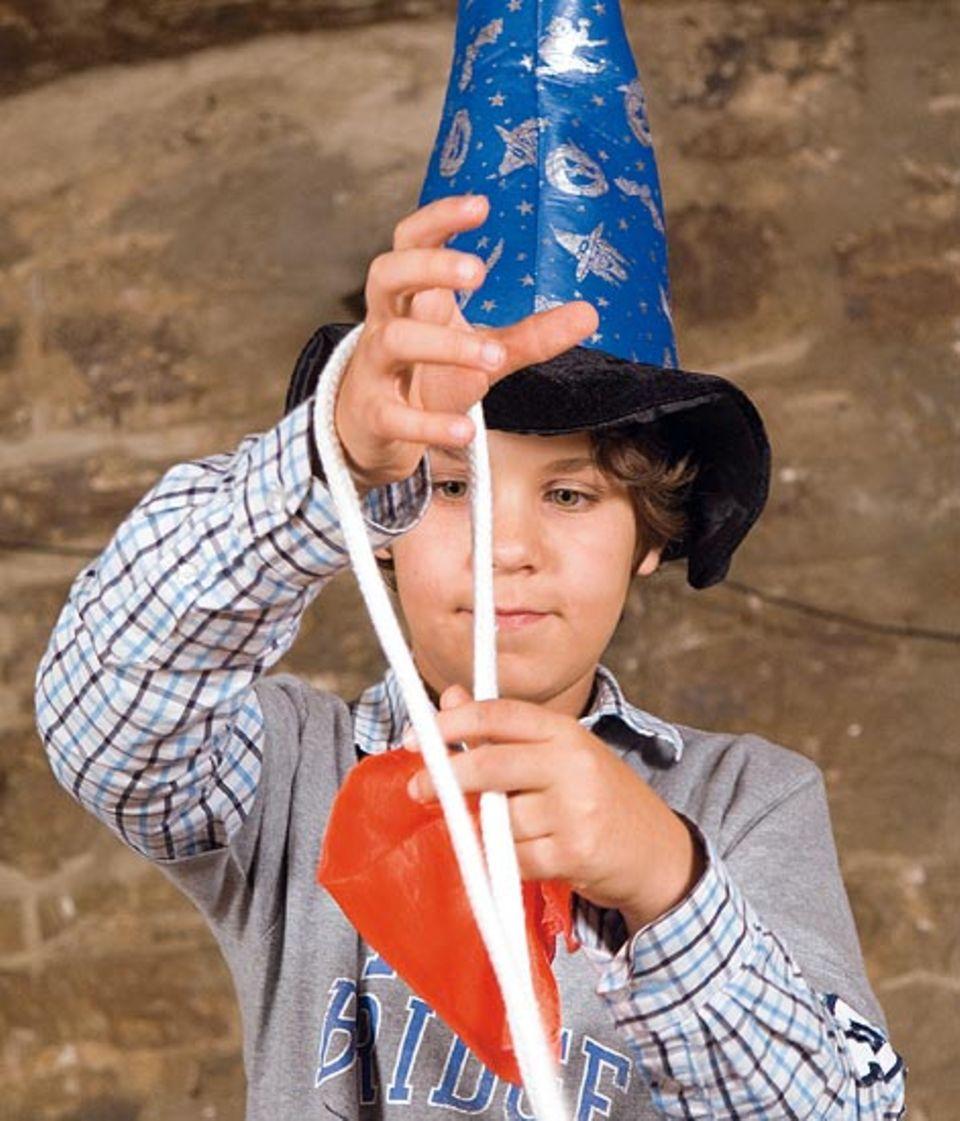 Johannes' großer Auftritt: Obwohl das rote Tuch mit einem Doppelknoten am Seil befestigt wird, kann Johannes es mit einem Handgriff wieder lösen