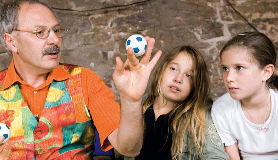 Alice und Judith trauen ihren Augen nicht: Wie von Zauberhand lässt Peter Helter den Ball zwischen den Fingern wandern. Der Rheinländer zaubert seit seinem siebten Lebensjahr