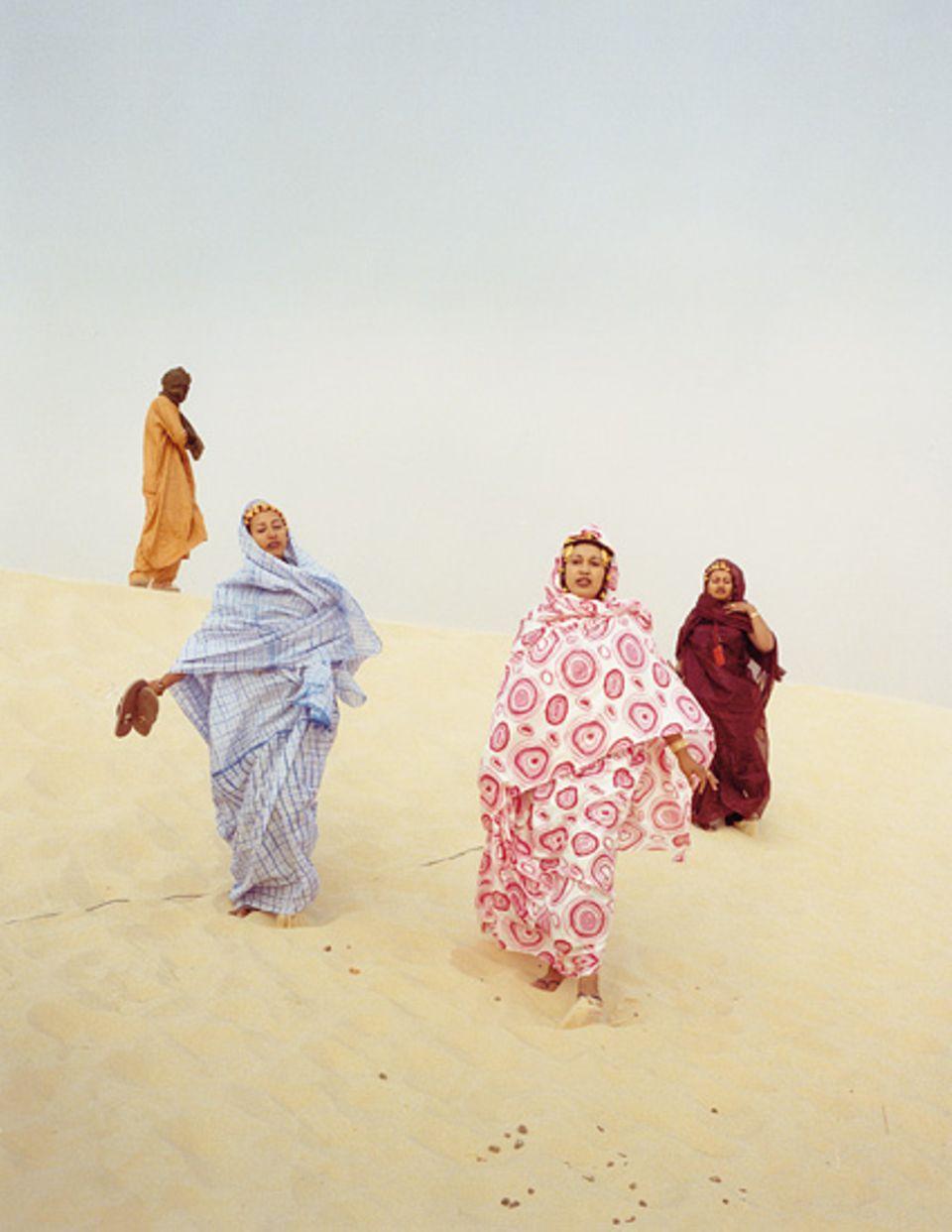 Mali: Im Sandsturm zum Konzert: Auch die Schönheiten aus dem Publikum sind eine Attraktion des Musikfestivals. Die Tuareg-Frauen färben ihre Lippen indigo-blau und tragen traditionellen Schmuck