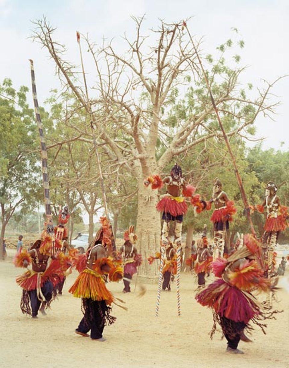 Mali: Mit einem Maskentanz sorgen Dogon-Männer für den Seelenfrieden eines Verstorbenen