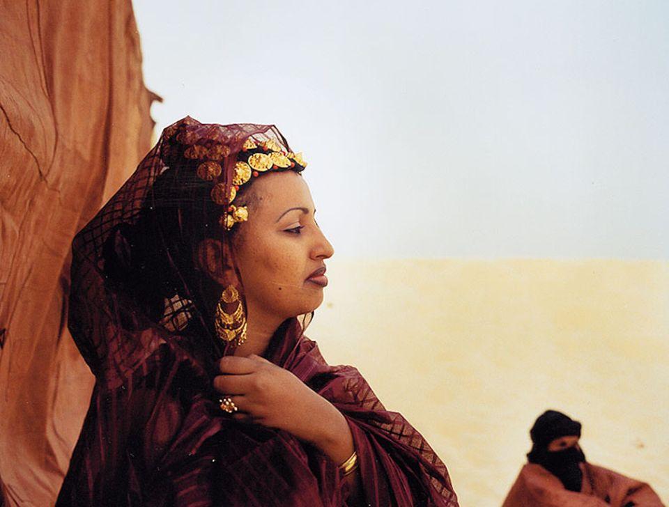 Mali: In den Dünen der Sahara treffen dei Musiker auf sachkundige Zuhörer - wie diese reich geschmückte Targia