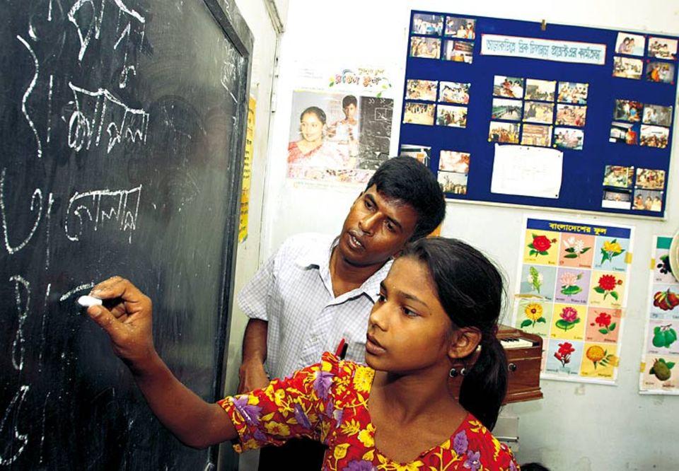 Etwa drei Stunden am Tag besucht Rokeya die UNICEF-Schule in ihrem Viertel. Sie kommt gern hierher: Der Lehrer macht ihr Mut und lobt, wenn sie eine Aufgabe gut löst