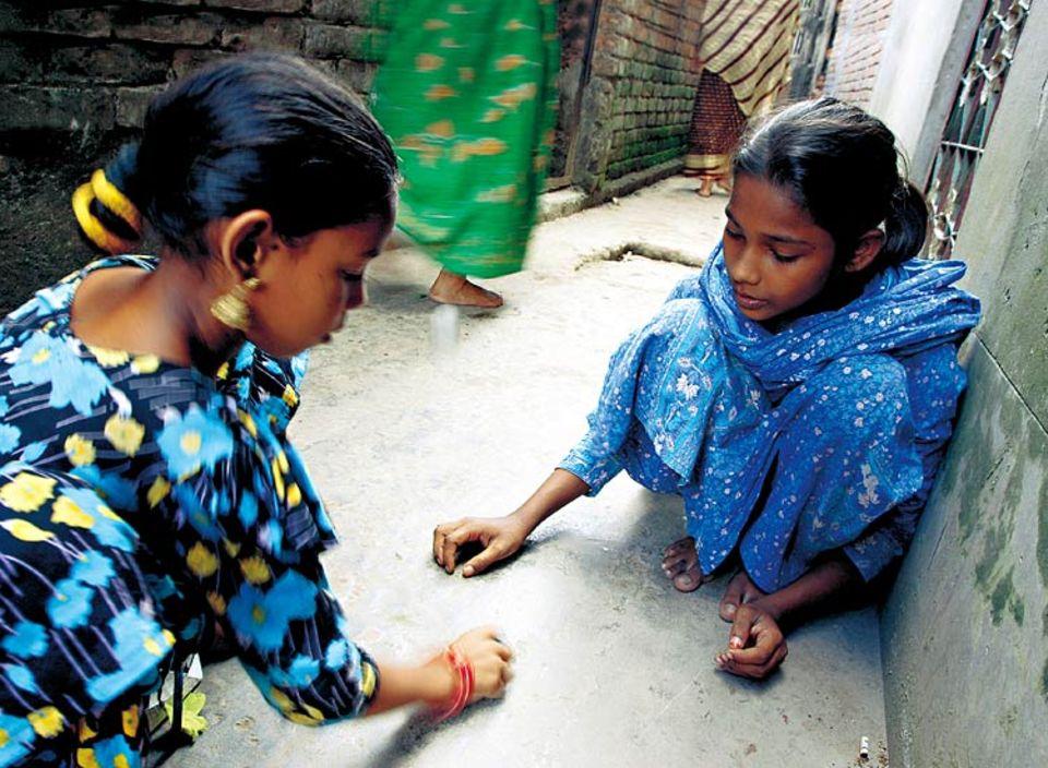 Rokeyas Mutter hat sieben Kinder. Die Mutter arbeitet hart. Deshalb hilft Rokeya ihr, wann immer sie kann, etwa im Haushalt. Zeit zum Spielen mit ihrer Freundin bleibt nur selten