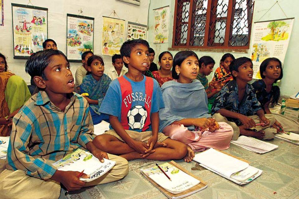 Volle Konzentration: Shaikat besucht mit rund 25 anderen Mädchen und Jungen eine UNICEF-Schule in Dhaka. Alle Kinder, die hier lernen, müssen für ihren Lebensunterhalt hart schuften