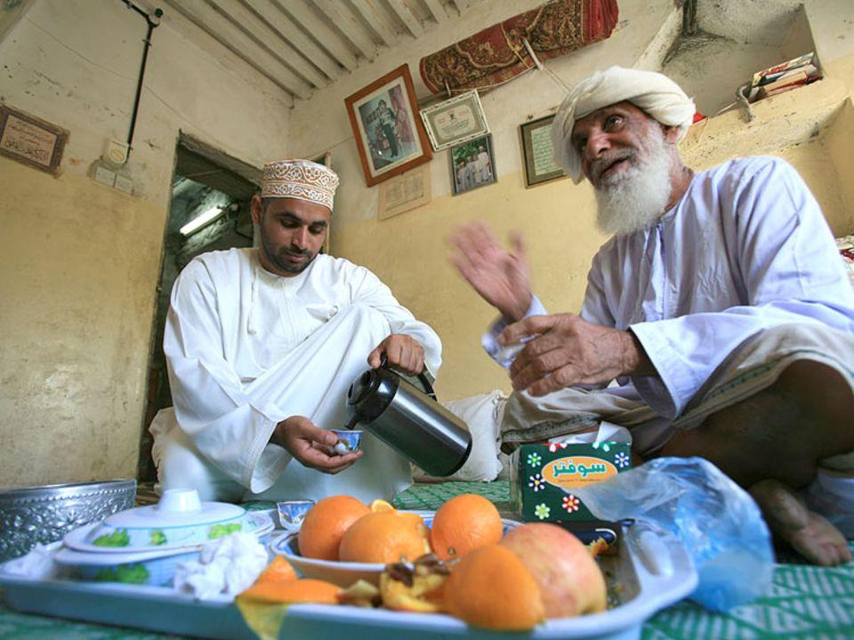 Größter Luxus: Gastfreundschaft. Ali bin Salem Al Abri (r.) macht selbst in seiner kleinen Hütte für Fremde Platz. Wie sein Name verrät, ist der Alte in Misfat Al Abri geboren.