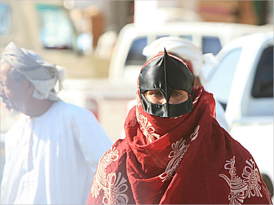 Mit ihren schnabelartigen Masken werden die Beduinen-Frauen auf dem Markt von Sinaw schnell selbst zur Attraktion  obwohl eigentlich alle Aufmerksamkeit den Kamelen und Ziegen gebühren sollte, die sie verkaufen