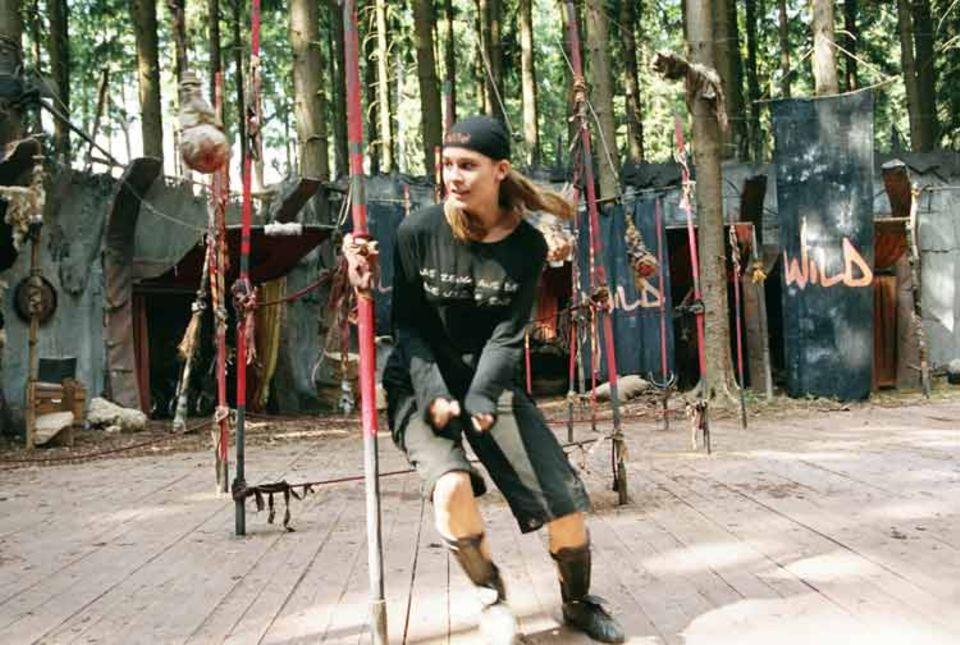 Kinotipp: Schauspielerin Sarah Kim Gries in Aktion: Ihre Aufgabe beim Freestyle-Soccer-Contest ist der gefürchtete Schleimbeutel-Pendel-Slalom