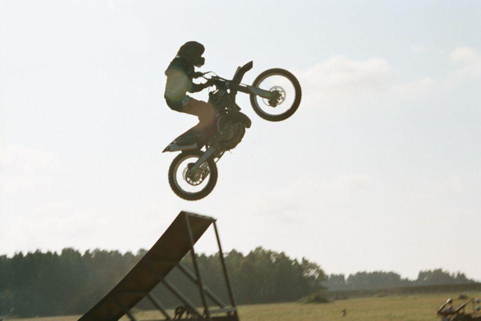 Kinotipp: Ein 16-jähriger Motocross-Profi hat diesen Stunt auf dem Motorrad übernommen