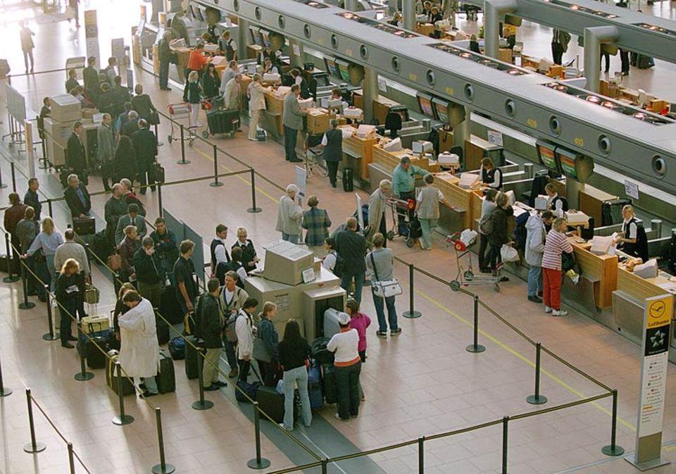 Buntes Treiben am Hamburger Flughafen: Die Familie besuchen, in die alte Heimat zurückkehren oder zu einem geschäftlichen Termin - täglich steigen tausende von Reisende in ein Flugzeug