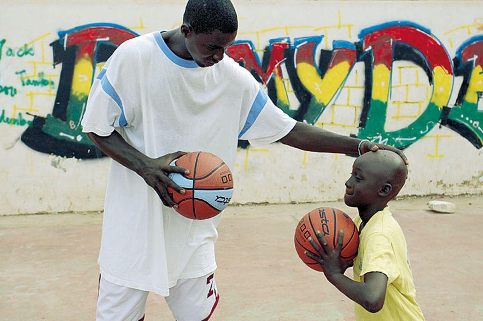 Lernen von den Großen: Im Camp erklären Profispieler den Elf- bis 15-Jährigen die Grundlagen des Basketballs