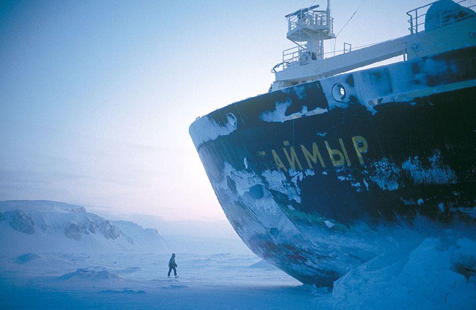 """Der russische Atom-Eisbrecher """"Tajmyr"""" brachte 1994 das Filmteam des ORF nach Franz-Josef-Land. Mit Nuklear-Antrieb konnte 1977 auch erstmals der Nordpol per Schiff erreicht werden. Die """"Tegetthoff"""" verfügte nur über einen 100 PS-Motor"""