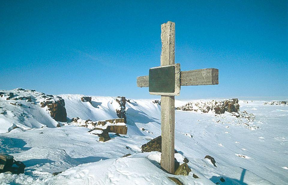 Als einsame Spur der historischen Expedition hat ein Grabkreuz auf der Insel Wilczek bis heute überdauert. Es erinnert an den Maschinisten Otto Krisch, der am 16. März 1874 im Alter von 29 Jahren an Tuberkolose starb