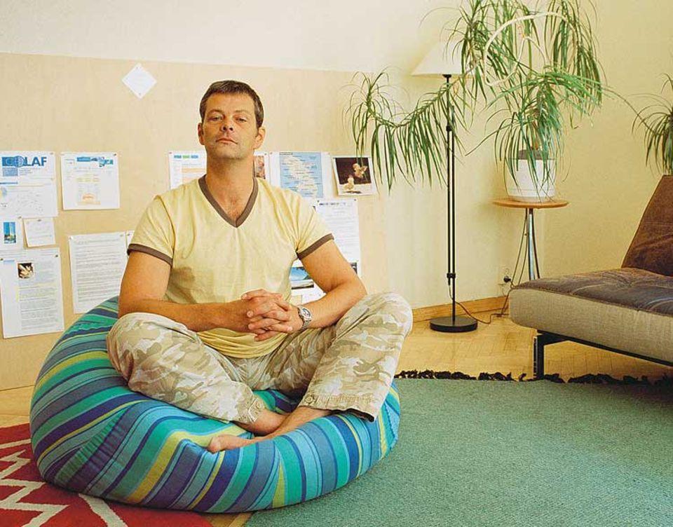 Wahlfinne, Fernsehstar und für uns Helsinkiführer zeigt in seinem Wohnzimmer Haltung