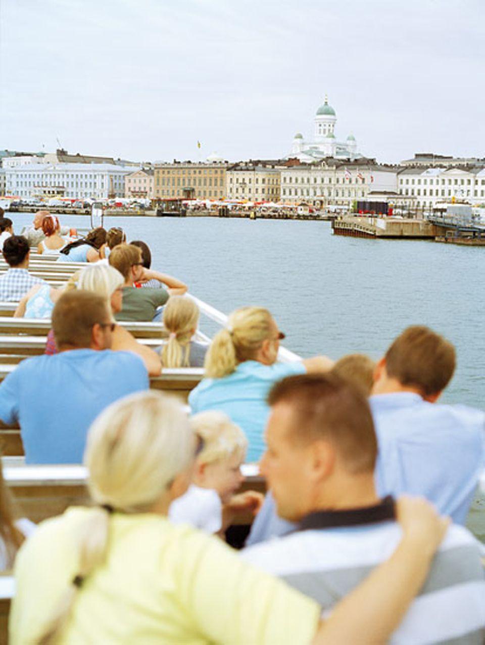Wasserstraßen: Kanäle und Buchten durchziehen die Stadt; die Passagiere des Ausflugsboots blicken auf den Dom und den Kauppatori mit seinen klassizistischen Bauten
