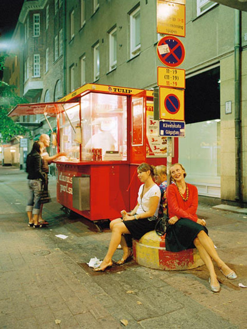 Saturday Night Fever am Hotdog-Stand auf der Iso Roobertinkatu, der Ausgehmeile