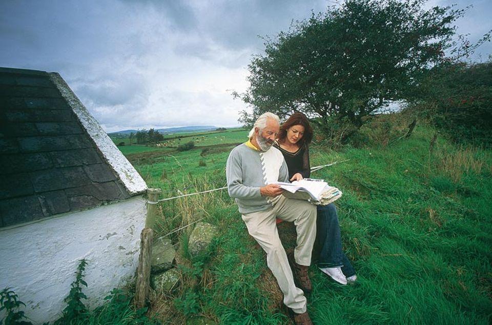 """Menschen-Vermittler Willie Daly mit Tochter Marie und dem """"Matchmaker""""-Buch"""