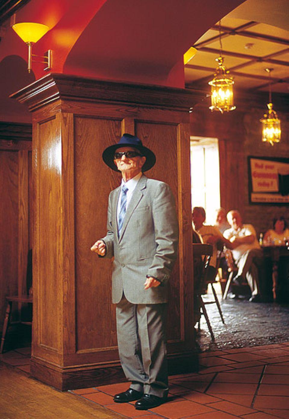 Patrick Tully hat seine Liebe längst gefunden - wenn auch nur zur speziellen Hut-Brillen Kombination