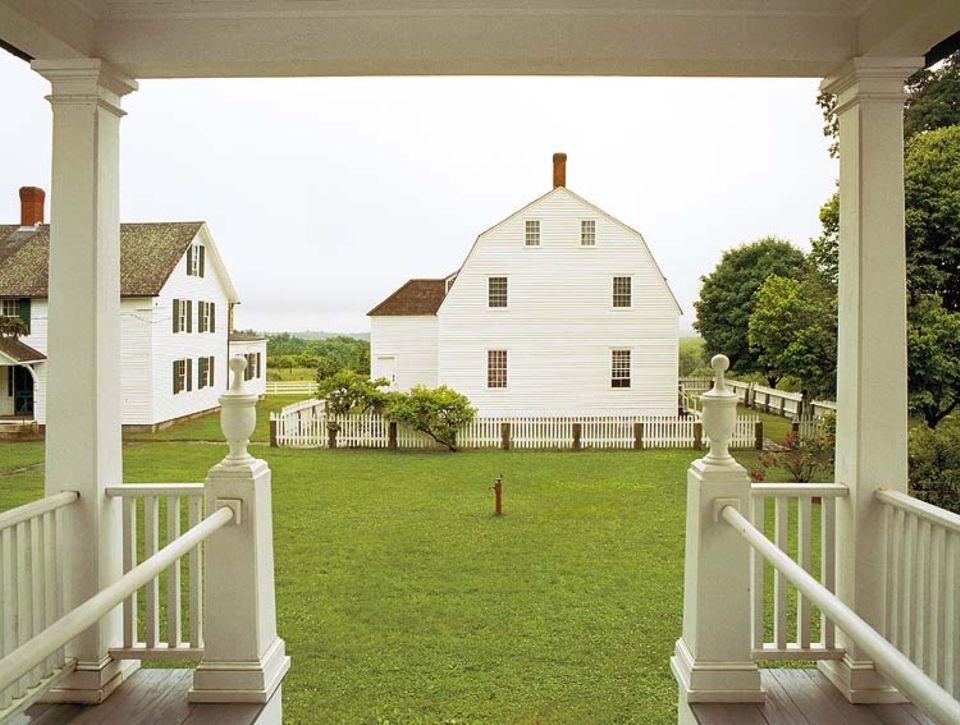 Museumsdörfer bewahren das Erbe der Shaker, wie Canterbury mit dem Versammlungshaus von 1792.