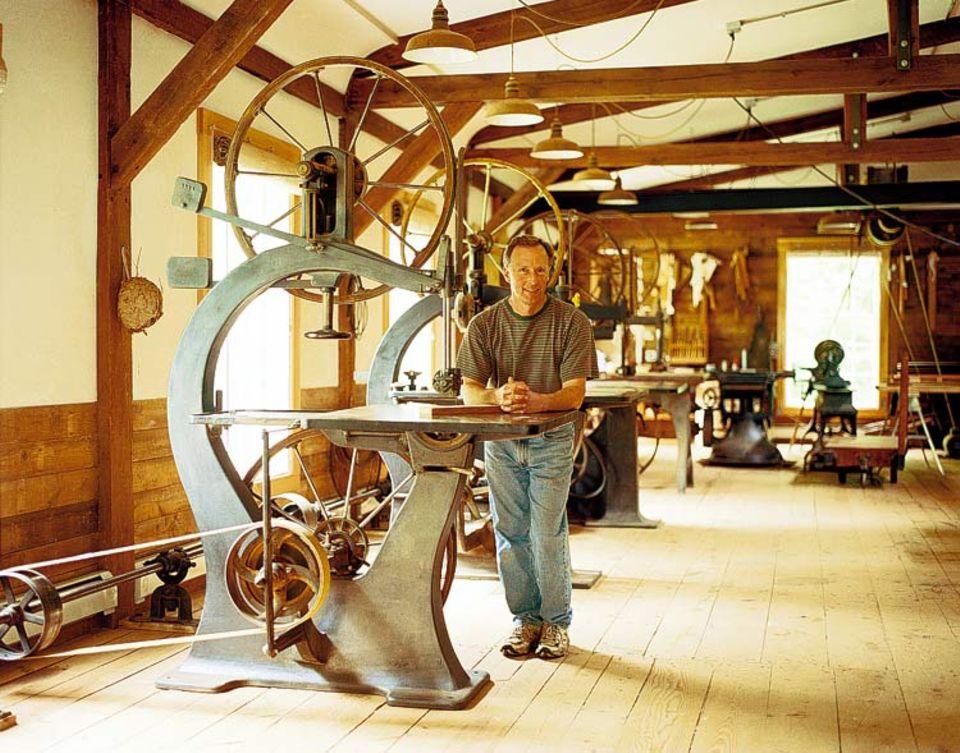 Schreiner David Lamb eifert in seiner Werkstatt den Shakern nach