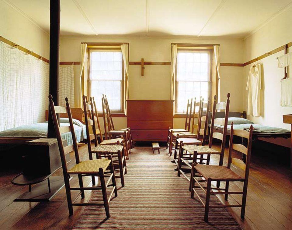 Beim Plausch im Wohnheim nahmen Männer und Frauen auf separaten Stuhlreihen Platz