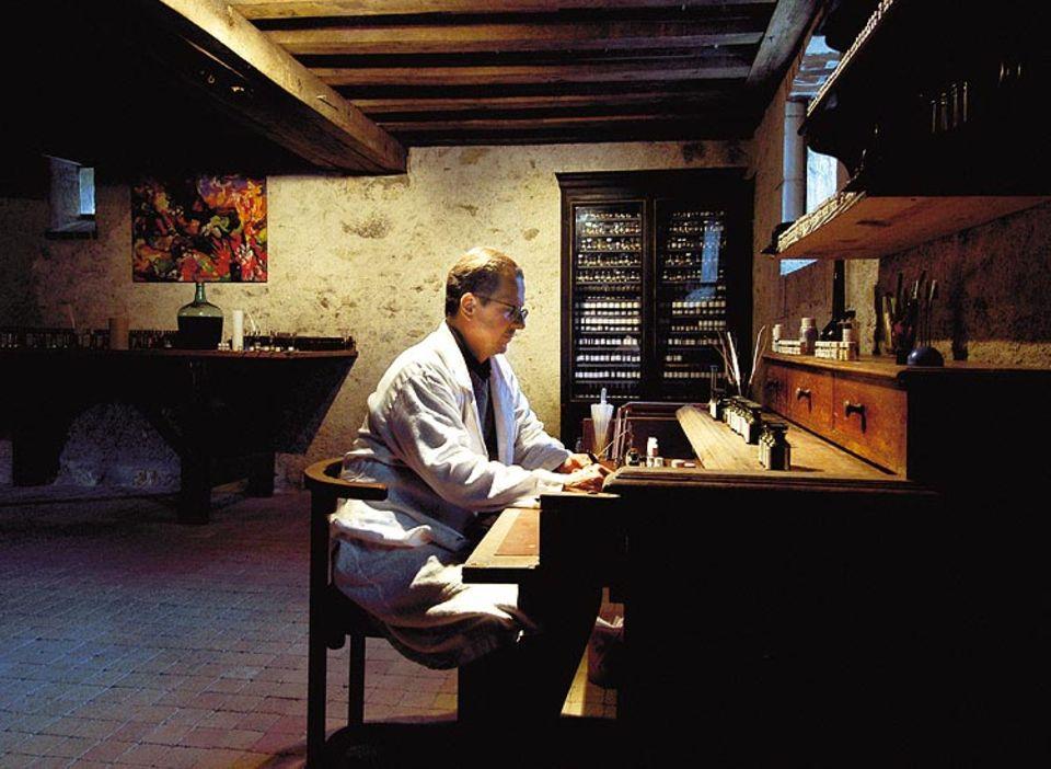 Der Meister in seinem Atelier: Nicolas de Barry beim Komponieren eines Parfüms. Seine Spezialität sind individuelle Düfte