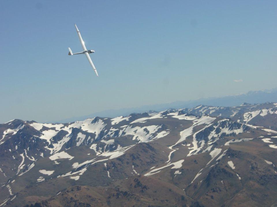 Die Schönheit der argentinischen Anden ist trügerisch – an den Seiten der riesigen Bergketten bilden sich gefährliche Windströmungen. Der Segelflieger gleitet ohne Motor auf den Wellen dieser Winde