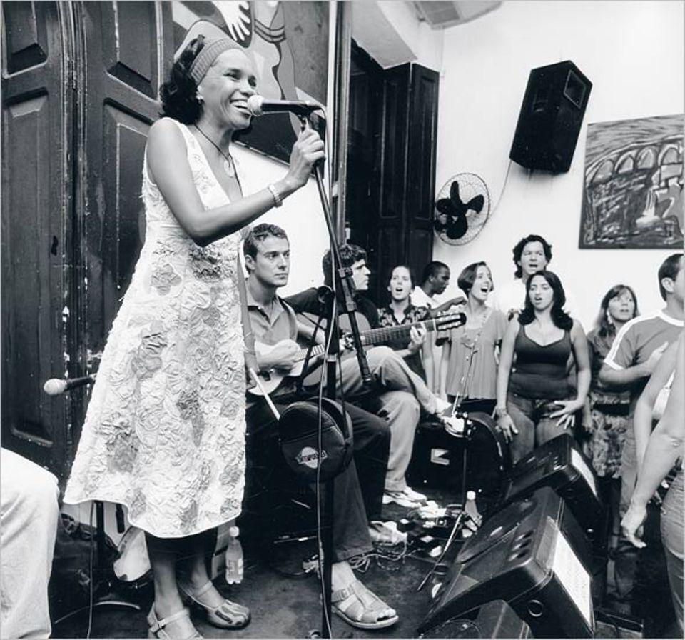 """Familiäres Ambiente: Teresa Cristina, einer der Stars des Samba, singt im """"Carioca da Gema"""""""