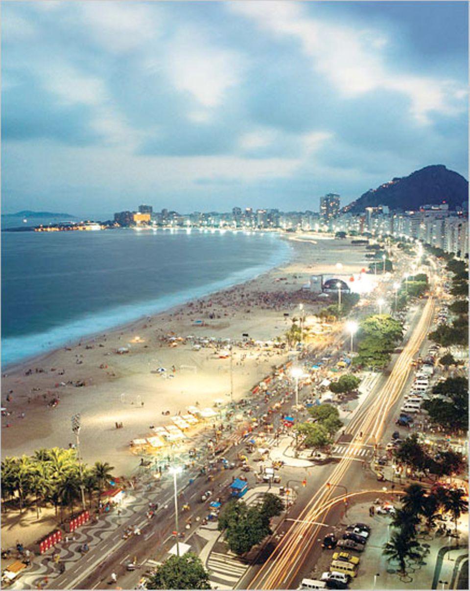 An der Strandsichel von Copacabana geht auch nachts das Vergnügen weiter, bei Konzerten oder in kleinen Restaurants