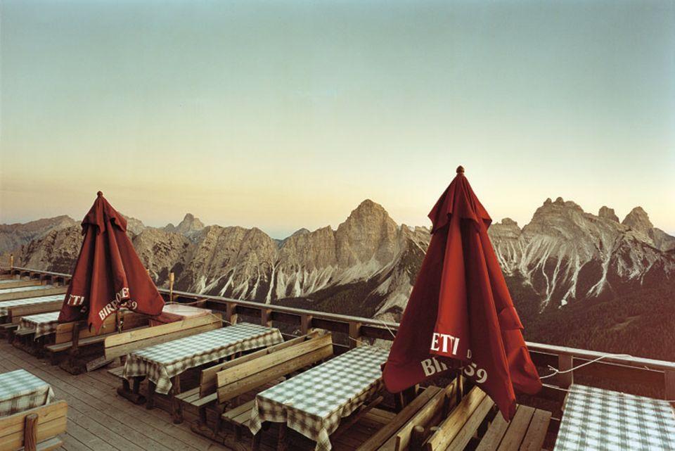 Dolomites: Gipfel rahmen die Terrasse des Cafés. Ein Traumort, nur außerhalb der Öffnungszeiten so leer
