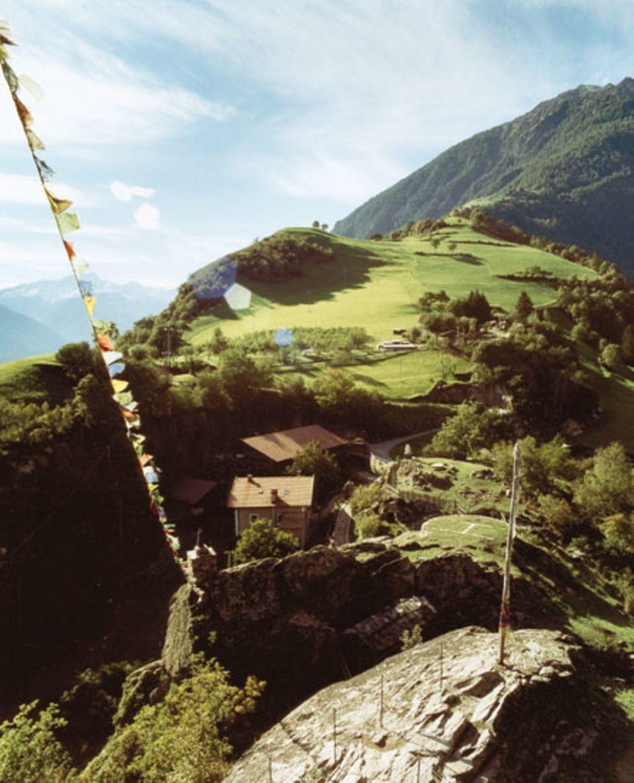 Juval: Gebetsfahnen aus Tibet schmücken die Pilgerstätte im Vinschgau. In Messners Privatschloss entstand das erste seiner Museen
