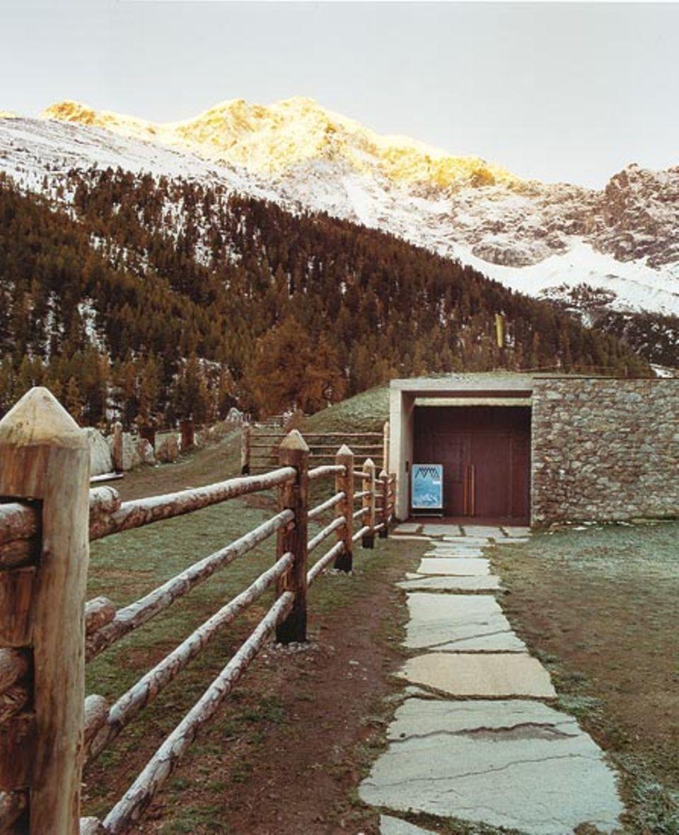 Ortles: Das Eismuseum liegt unterirdisch im Berg. Darüber erstrahlt im Morgenlicht der Ortler