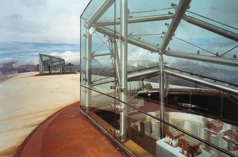 Dolomites: Wo einst Geschütze standen, gewähren lichte Glaskuppeln Einblick in das Museum
