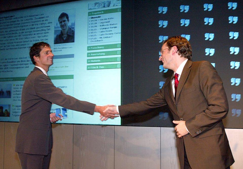 Claus Strunz (rechts) überreicht Lars Abromeit den Axel-Springer-Preis