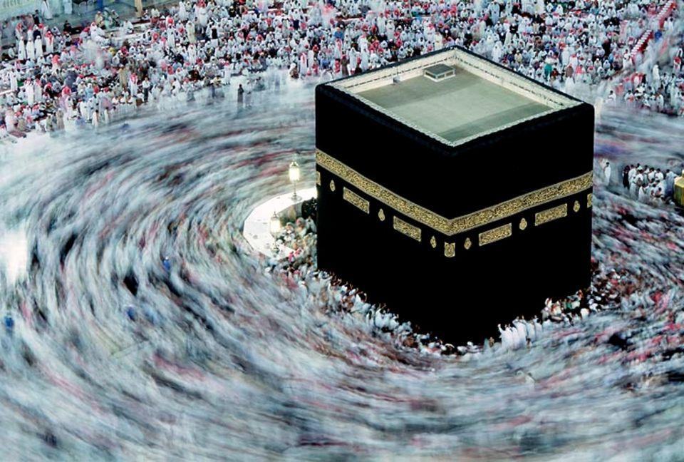 Weltreligionen: Wird von den Gläubigen umrundet: die Kaaba in Mekka