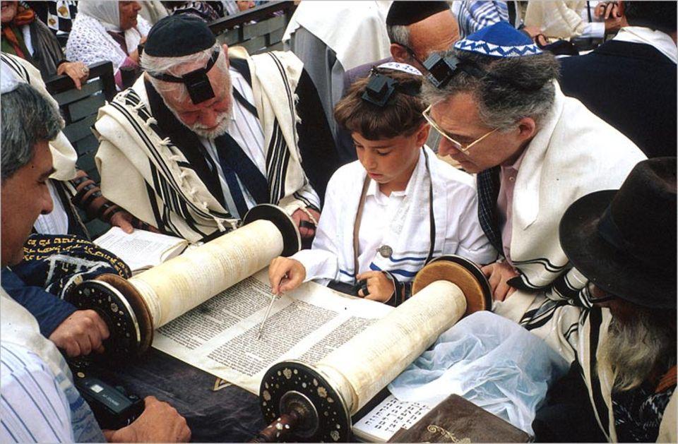 """Die Weltreligionen: Um ein """"Bar Mizwa"""" zu werden muss man aus der Thora vorlesen"""