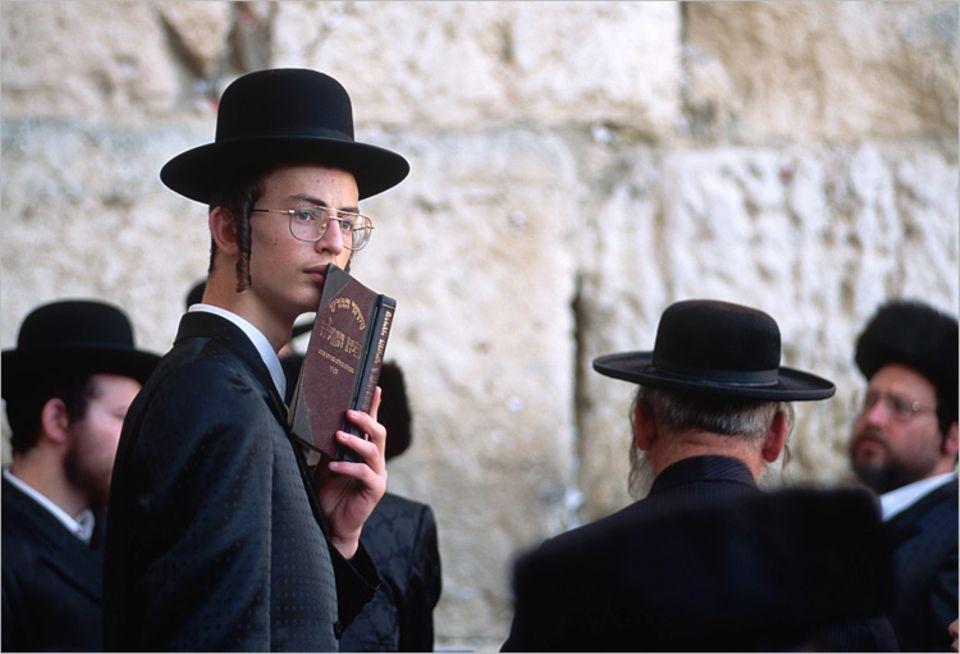 Die Weltreligionen: An der Locke vor dem Ohr erkennt man die streng gläubigen Juden