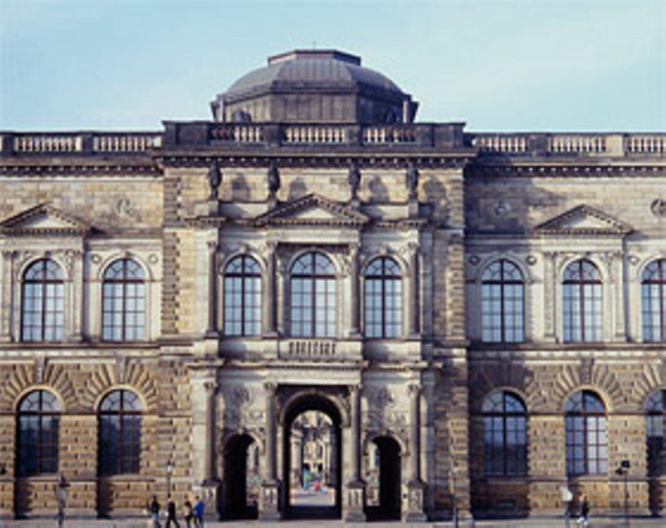 Semperbau: Bis zu ihrem geplanten Umzug in das Dresdner Residenzschloss sind die Schätze der Rüstkammer hier zu besichtigen