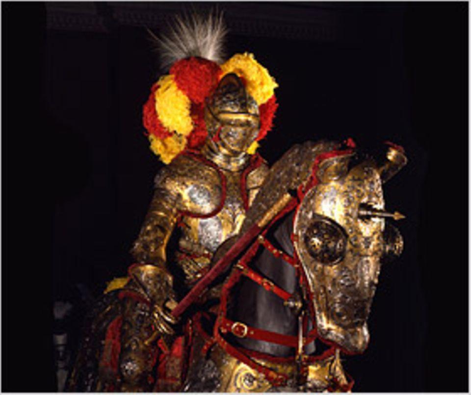Den Prunkharnisch für Mann und Ross hat ein Antwerpener Rüstungsmacher zwischen 1560 und 1564 für König Erik XIV. von Schweden aus Eisen geschmiedet und getrieben, die Muster später eingeätzt, die Oberfläche abschließend fein poliert und vergoldet. Im Gegensatz zu den eher schlicht gehaltenen Rüstungen des Mittelalters sind die Harnische der frühen Neuzeit reich verziert