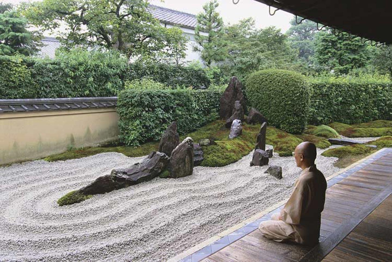 Weltreligionen: Ein buddhistischer Mönch beim Meditieren