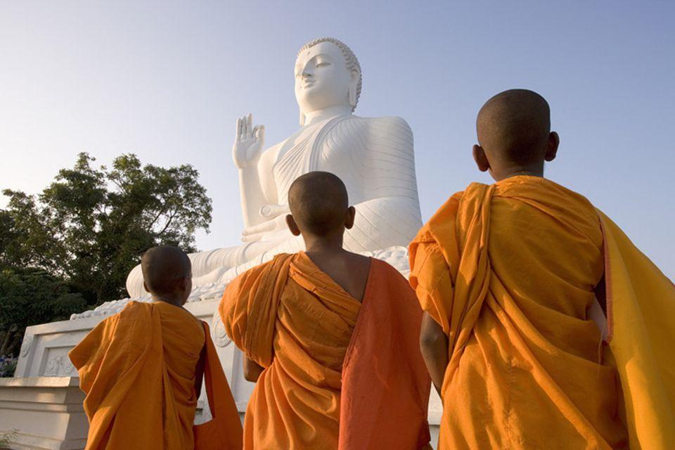 Weltreligionen: Orange ist die Farbe der höchsten menschlichen Erleuchtung, darum tragen auch die Mönchen orangene Gewänder