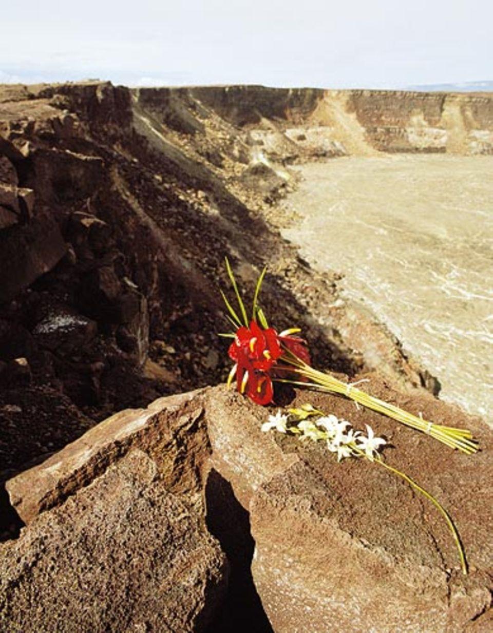Am Halema'uma'u-Krater auf Big Island liegen auf erstarrter Lava Opfergaben für die Vulkangöttin