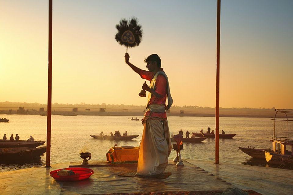 Hinduismus: Am Ganges, dem heiligen Fluss, wird eine Zeremonie abgehalten