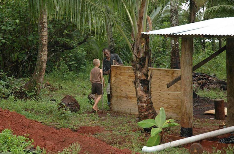 Yaya und Finn beim Erweitern der Hütte