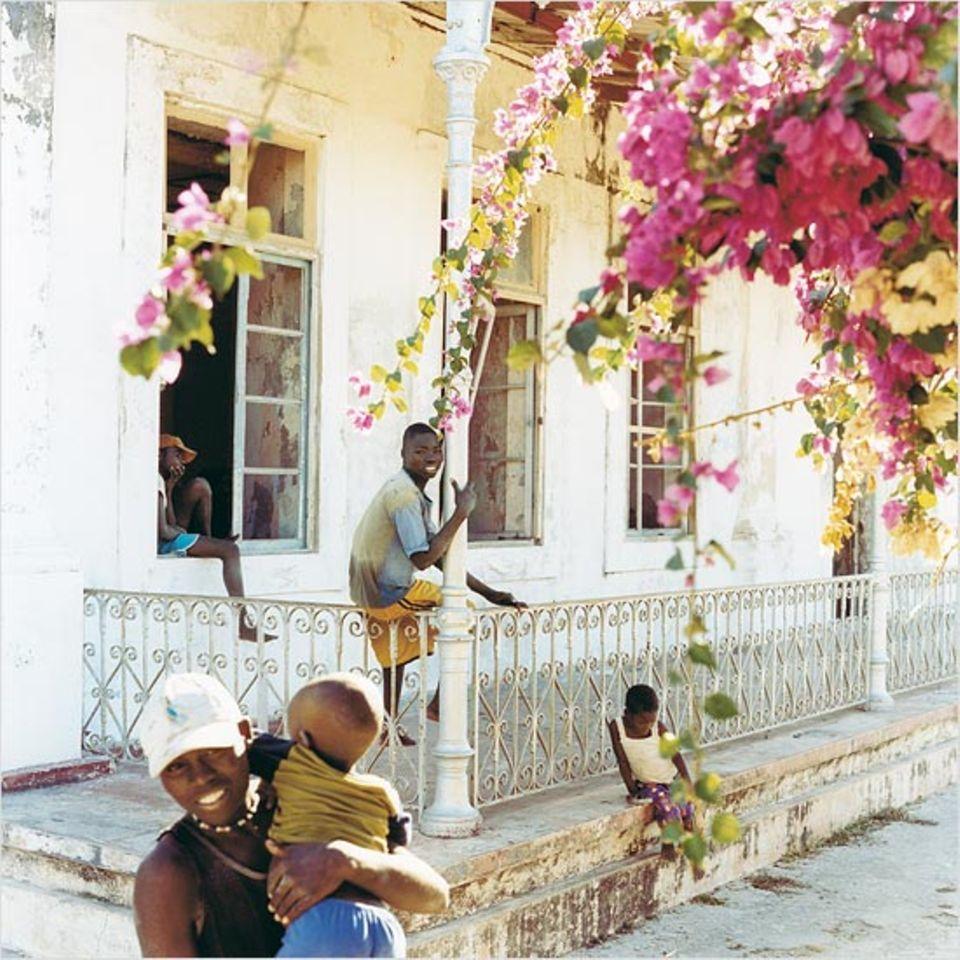 Schulkinder auf der Insel Ibo verbringen ihre Pause vor einem leeren Haus aus der portugiesischen Kolonialzeit